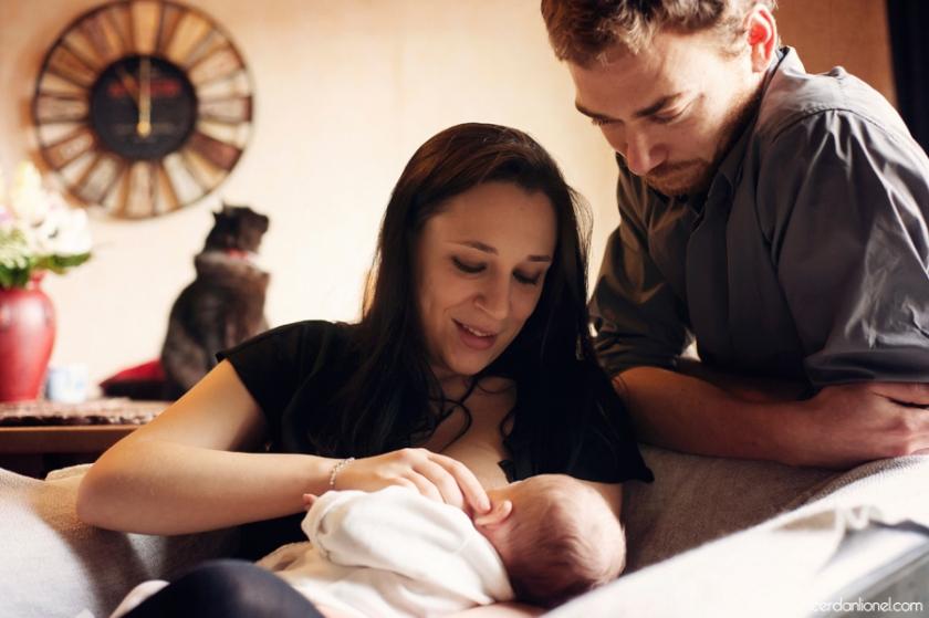 reportage naissance, domicile, cocooning, nourrisson, scènes de vie, instants authentiques de vie, allaitement, maman, papa, famille, amour, enfant