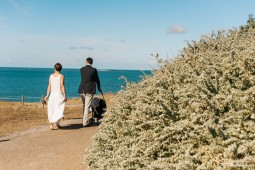 séance engagement à Pornichet, La Baule le long du sentier littoral. Séance de couple avec bébé. reportage de mariage et photos naturelles. photographe de couples amoureux. photographe mariage 35 et 44. séance photo sur la plage. Balade en amoureux.