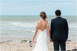 reportage de mariage, photos naturelles et authentiques, cérémonie laïque sur le plage à Bernières sur mer